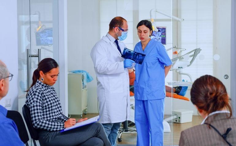 Organigrama en una clínica dental y las funciones de sus miembros